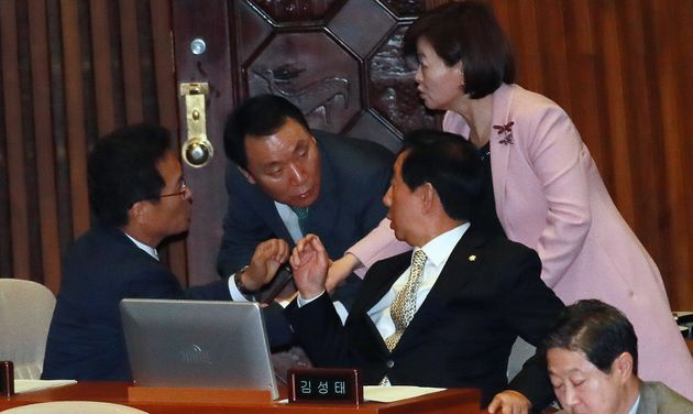 김성태 자유한국당 원내대표가 21일 오전 서울 여의도 국회에서 열린 본회의에서 염동열 의원과 대화를 나누고