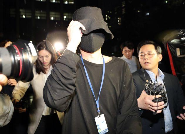 유명 유튜버 양모씨와 배우 지망생 이모씨에게 노출사진을 강요하고 성추행을 한 의혹을 받는 스튜디오 운영자 A씨가 22일 오후 경찰 조사를 마치고 서울 마포구 마포경찰서에서 나오고 있다....