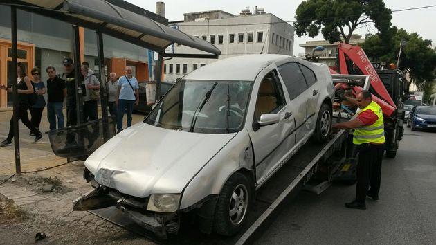 Ένας νεκρός από αυτοκίνητο που έπεσε πάνω σε στάση λεωφορείου στη