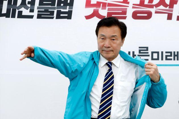 손학규 바른미래당 선대위원장이 16일 서울 여의도 국회에서 열린 광역단체장 후보 전략회의에서 선거운동복을 입고