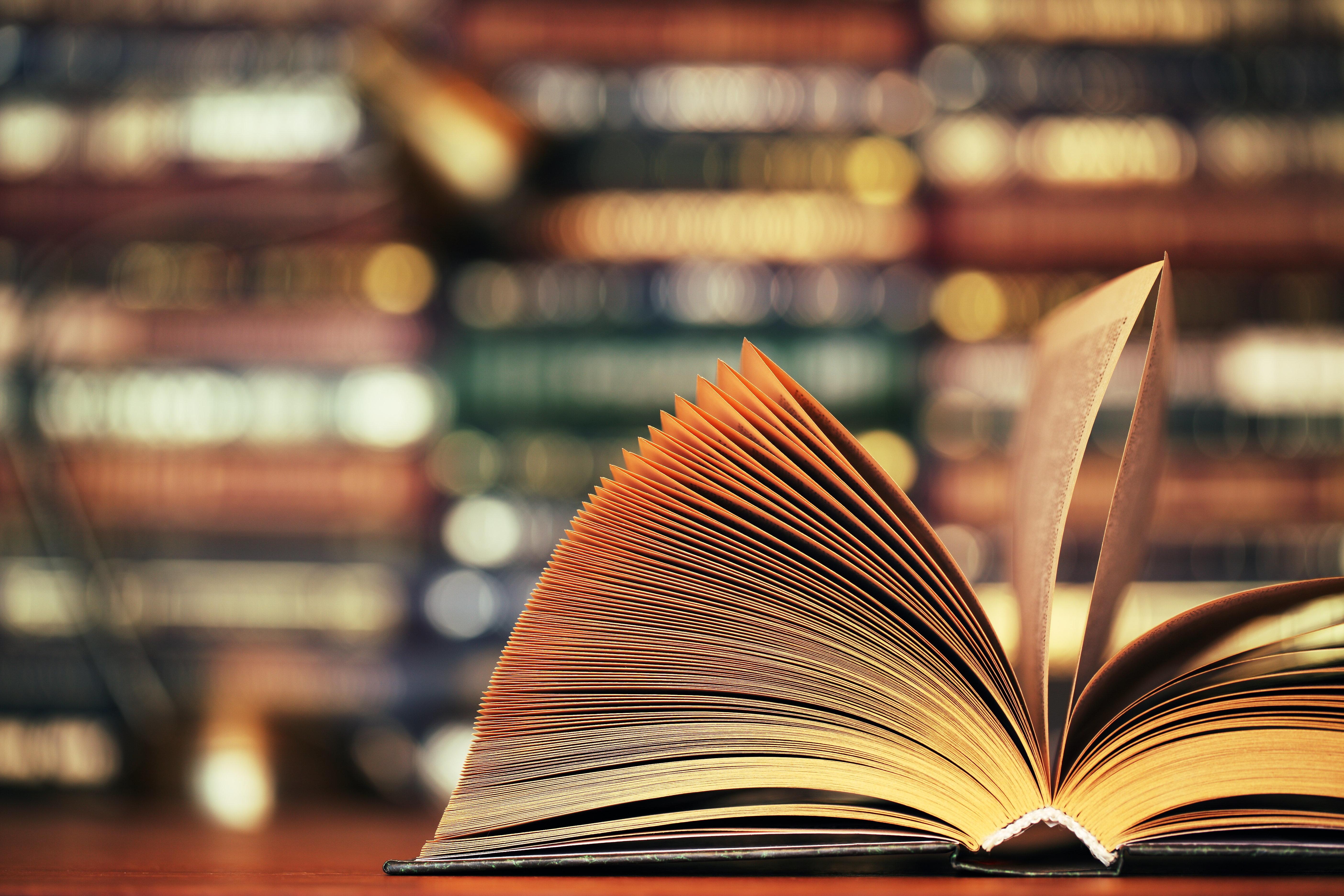 Frau kauft gebrauchtes Buch – darin findet sie eine Botschaft ihrer toten