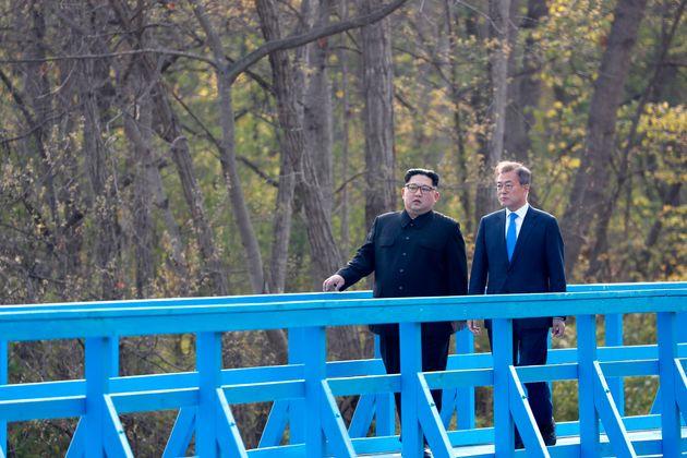 문재인 대통령이 김정은 위원장에게 '도보다리 회담'에 대한 칼럼을