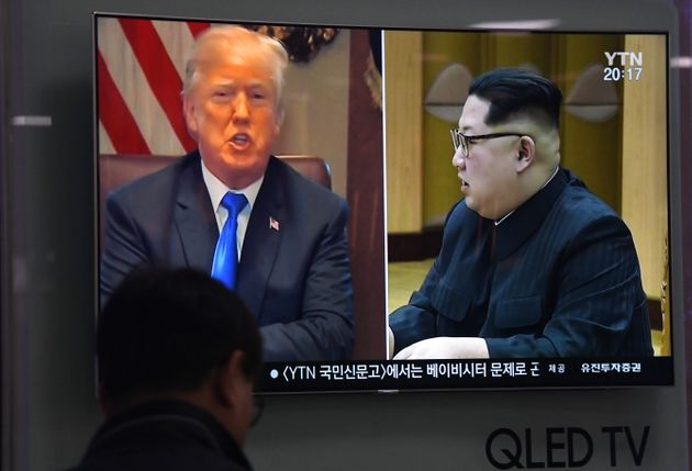 Une télé montre Donald Trump et Kim Jong Un dans une garde train à Séoul,...