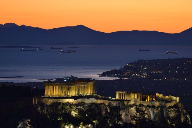 Politico: Μόνο κατ' όνομα η έξοδος της Ελλάδας από τα