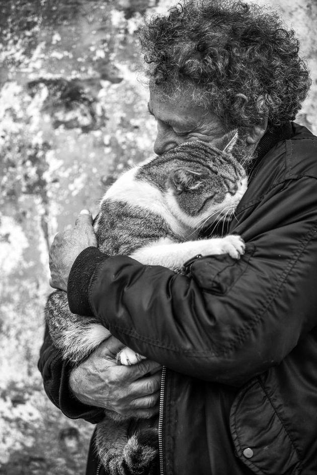 베르토는 자신의 지역 동물보호소에서 활동하는 고양이 위스퍼러다. 스파르타쿠스는 이 보호소에서 가장 큰 고양이인데, 베르토의 팔에 안길때마다 그에게 얼굴을