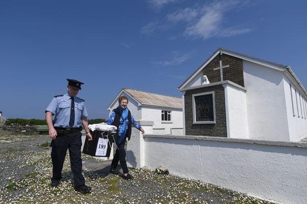 Οι Ιρλανδοί στις κάλπες για το ιστορικό δημοψήφισμα για τις