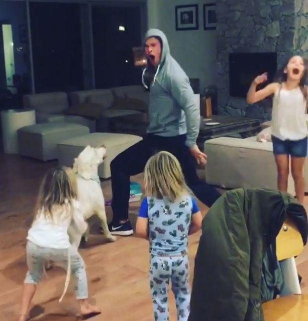 Χορεύοντας με τον Chris Hemsworth (και τον σκύλο του) στο σαλόνι του σπιτιού
