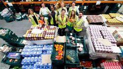 영국의 한 창고에서 50만 명에게 무료 음식을 제공하는