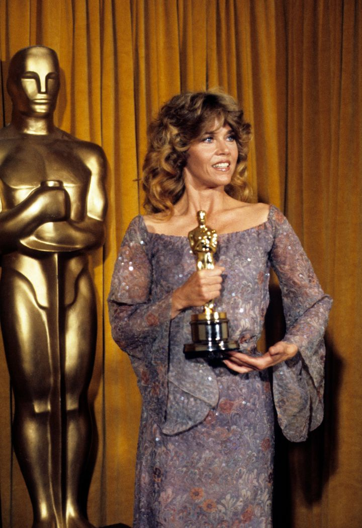 Η Jane Fonda παραλαμβάνει το Oscar για το ρόλο της στην ταινία «Coming Home».