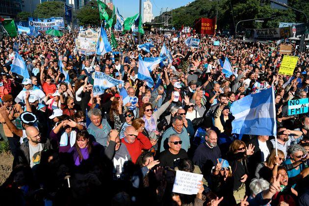 Χιλιάδες άνθρωποι διαδήλωσαν κατά των διαπραγματεύσεων του Μπουένος Άιρες με το ΔΝΤ