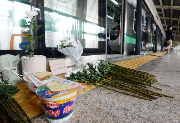 구의역 사고 1주기인 2017년 5월 28일 구의역 승강장 앞에 놓여있던 국화와