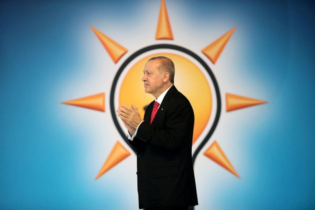 Ο Ερντογάν καλεί τους Τούρκους να μετατρέψουν τα δολάρια και τα ευρώ σε τουρκικές