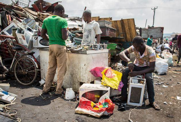 Männer inAgbogbloshie, dem größten Elektroschrottplatz Afrikas, sortieren und verkaufen