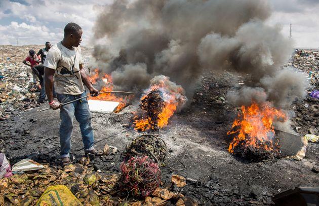 Männer verbrennen Elektroschrott in