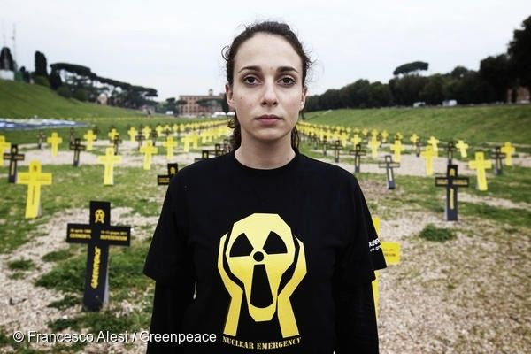 한 그린피스 활동가가 체르노빌 사고 25주년을 맞아 희생자를 기리는 2,000개의 십자가를