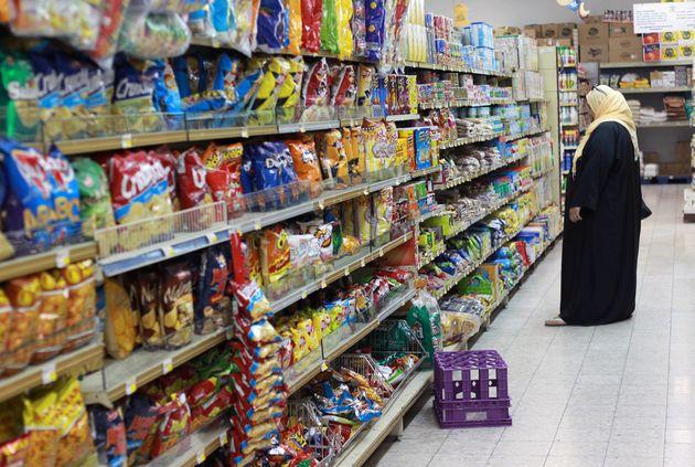 Une femme fait ses courses dans un supermarché de Doha, au Qatar, le 7 juin