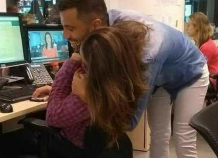 Foto zeigt Umarmende im Büro – doch ein Detail sorgt im Netz für Irritation