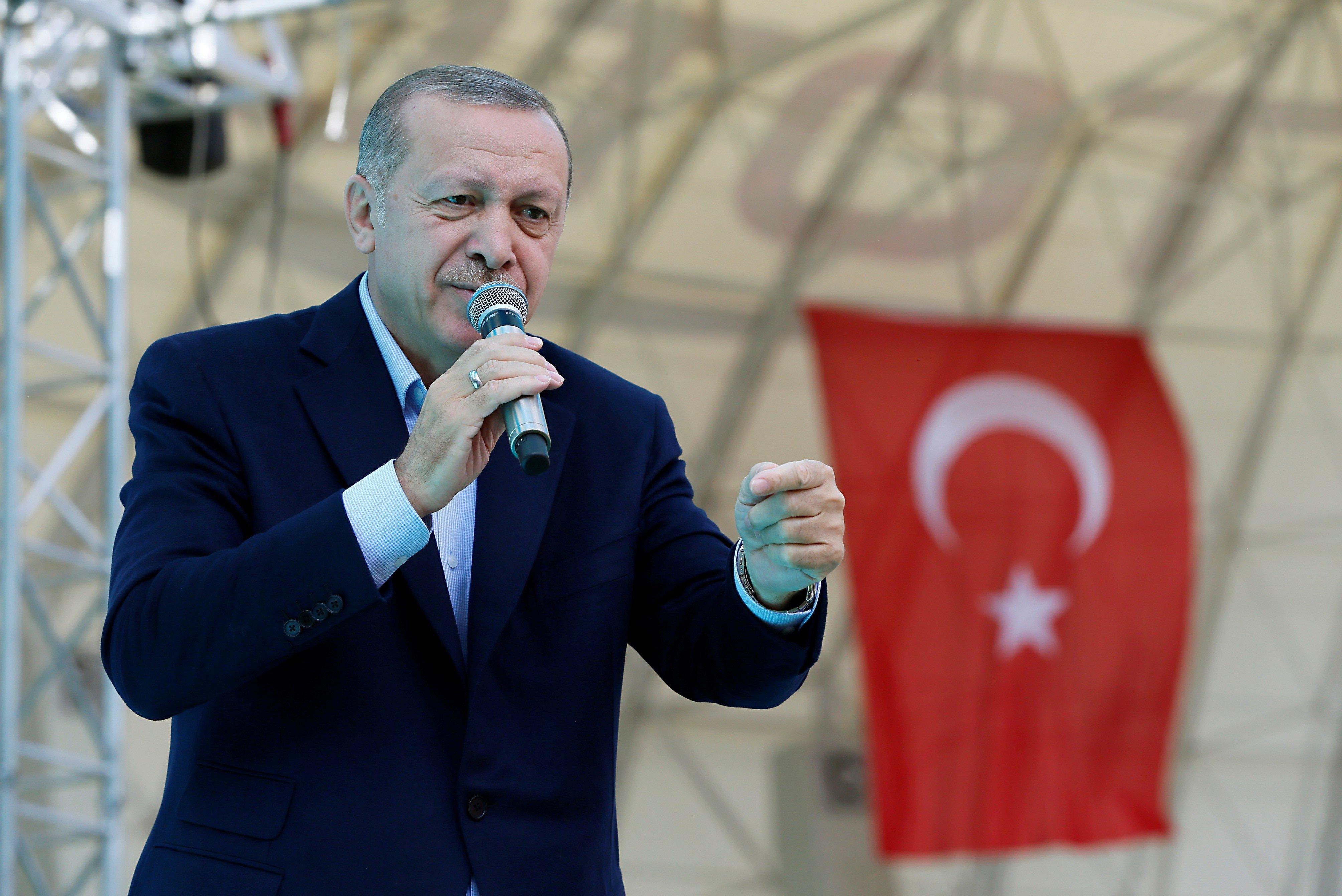 Macron nimmt Magazin gegen Drohungen von Erdogan-Anhängern in Schutz