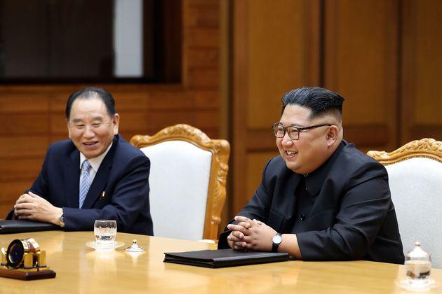 김영철 북한 통일전선부장(왼쪽)이 26일 극비리에 진행된 2차 남북정상회담 당시 배석한