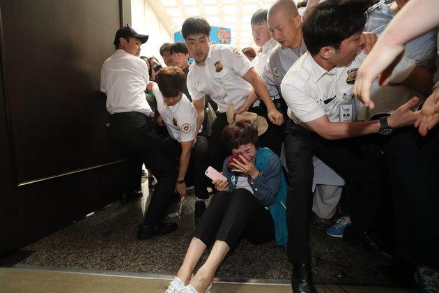 KTX 해고 노동자들이 29일 오전 대법원 대법정에서 양승태 전 대법원장의 구속 수사와 김명수 대법원장의 면담을 요구하다 끌려나온 뒤 오열하고