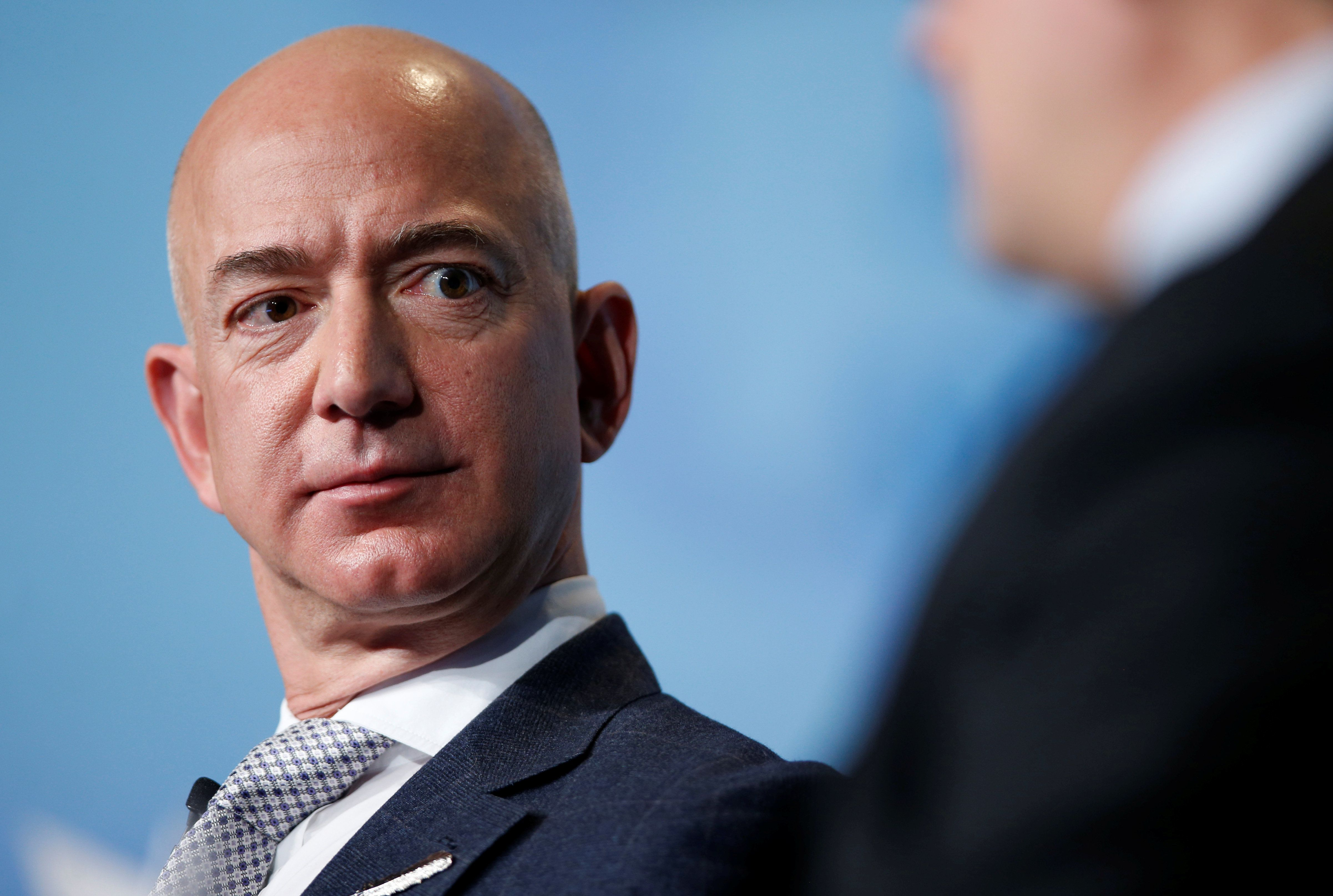 O Jeff Bezos εξήγησε το πλάνο του να αποικίσει στο φεγγάρι: «Να κάνουμε αποικία στη Σελήνη. Η Γη δεν είναι καλό μέρος για βαρ...