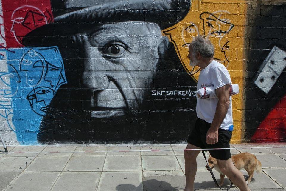 Όταν ο τοίχος γίνεται καμβάς για street artists, όπως στον Άλιμο, τα graffiti αλλάζουν τον τρόπο που...