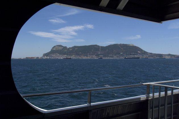 Vue sur le rocher de Gibraltar depuis un ferry entre Ceuta et