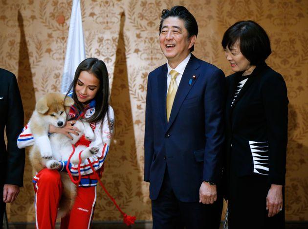 아베 총리가 러시아 피겨선수에게 아키타 견을