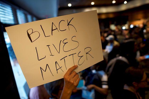 4월 16일 종파를 초월한 교계 성직자들이 흑인 2명이 이유 없이 체포당한 필라델피아 센터 시티 스타벅스 매장에서 연좌 농성을 벌이고
