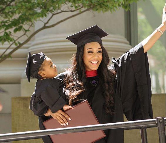 Mère célibataire de 24 ans, elle sort diplômée de Harvard après avoir fini ses exams sous