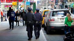 Restaurant-Kunde ruft wegen bettelnden Obdachlosen die Polizei –der Beamte handelt genau