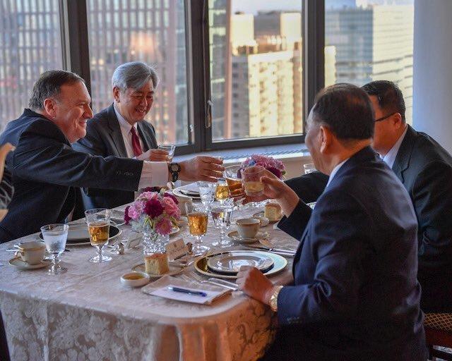폼페이오가 북한 김영철과의 '뉴욕 만찬' 사진을 공개했다