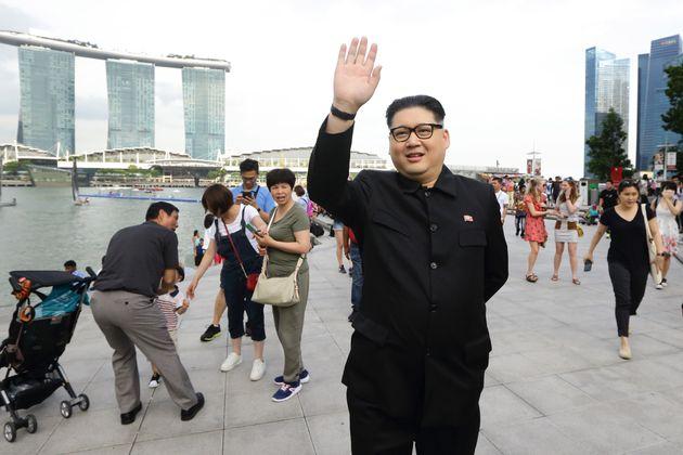 지난 27일 싱가포르 마리나베이에 김정은 북한 국무위원장 코스프레를 한 인물이 나타났다.지난 평창동계올림픽 때도 등장했던 그 인물이다. 자신을 '하워드X'라고...