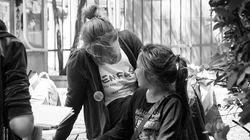 Έμφασις: Μια ομάδα ανθρώπων που δεν προσπερνά αλλά στηρίζει την αξία της ανθρώπινης
