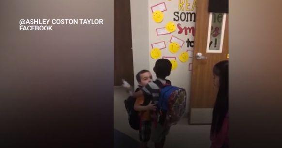 Cette enseignante pousse ses élèves à se dire bonjour chaque