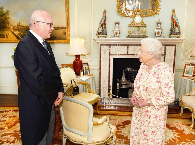 Cazan a Isabel II una foto nunca vista del príncipe Enrique y Meghan