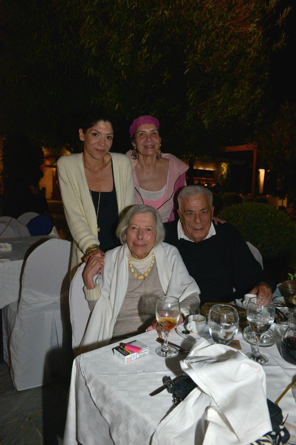 Ο Αμερικανός ηθοποιόςRichard Romanus και η ενδυματολόγοςAnthea Sylbert, υποψήφια για Όσκαρ στην ταινία Chinatown με τους Jack Nicholson και Faye Dunaway. Οι δύο τους έφεραν το Χόλιγουντ στην Σκιάθο, όπου πλέον μένουν μόνιμα. Στη φωτογραφία τους βλέπουμε μαζί με την κ. Νικόλ Βότση (αριστερά) και την κ Λένα Παγώνη Βότση.