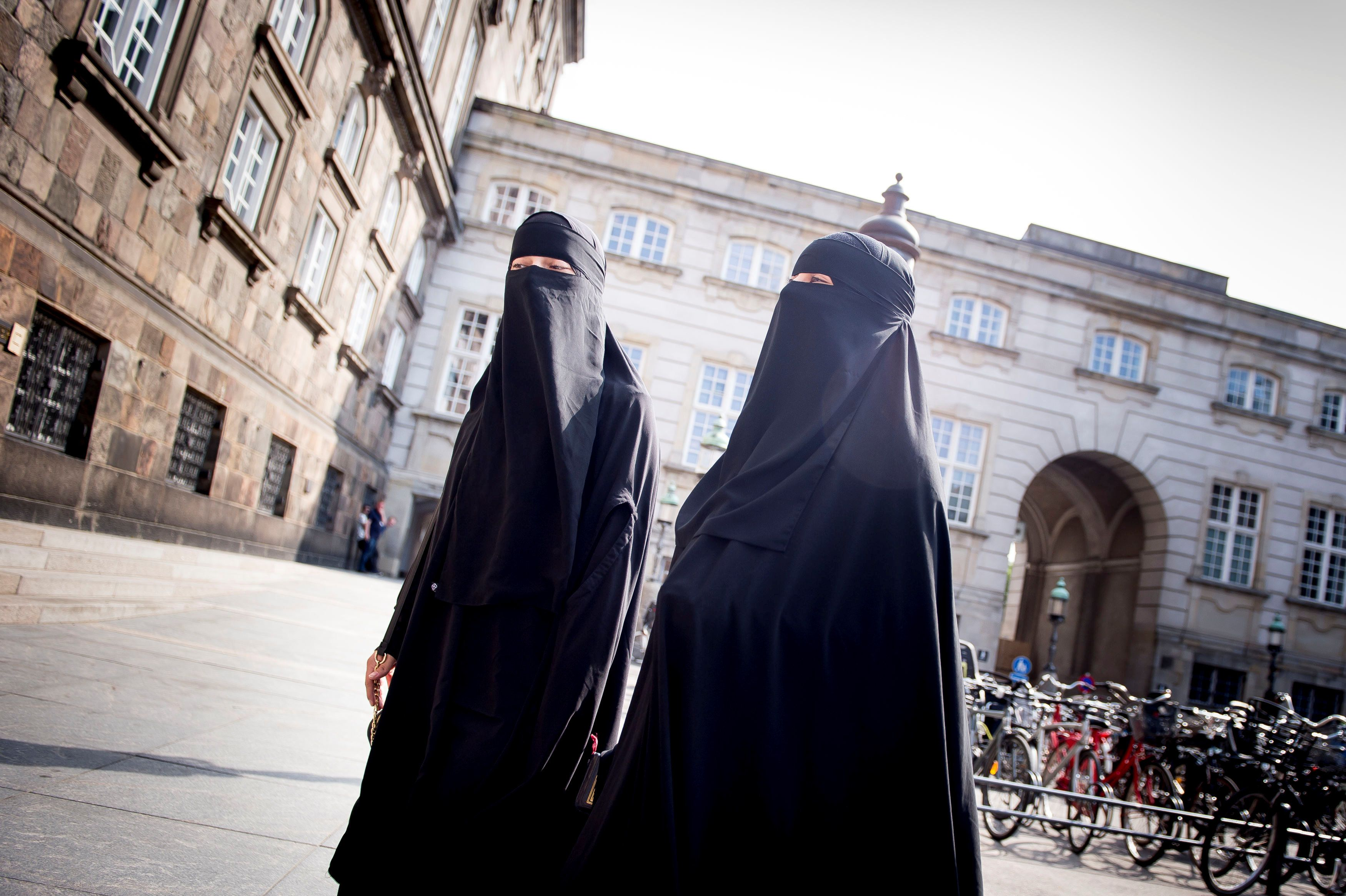 Women in niqab are pictured after the Danish Parliament banned the wearing of face veils in public, at Christiansborg Palace in Copenhagen, Denmark, May 31, 2018. Ritzau Scanpix/Mads Claus Rasmussen/via REUTERS   ATTENTION EDITORS - THIS IMAGE WAS PROVIDED BY A THIRD PARTY. DENMARK OUT. NO COMMERCIAL OR EDITORIAL SALES IN DENMARK