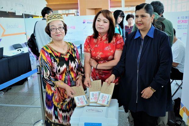 아름다운 선거 정보관 개관식에 초대된 이주여성들이 투표 체험 행사에 참여하고