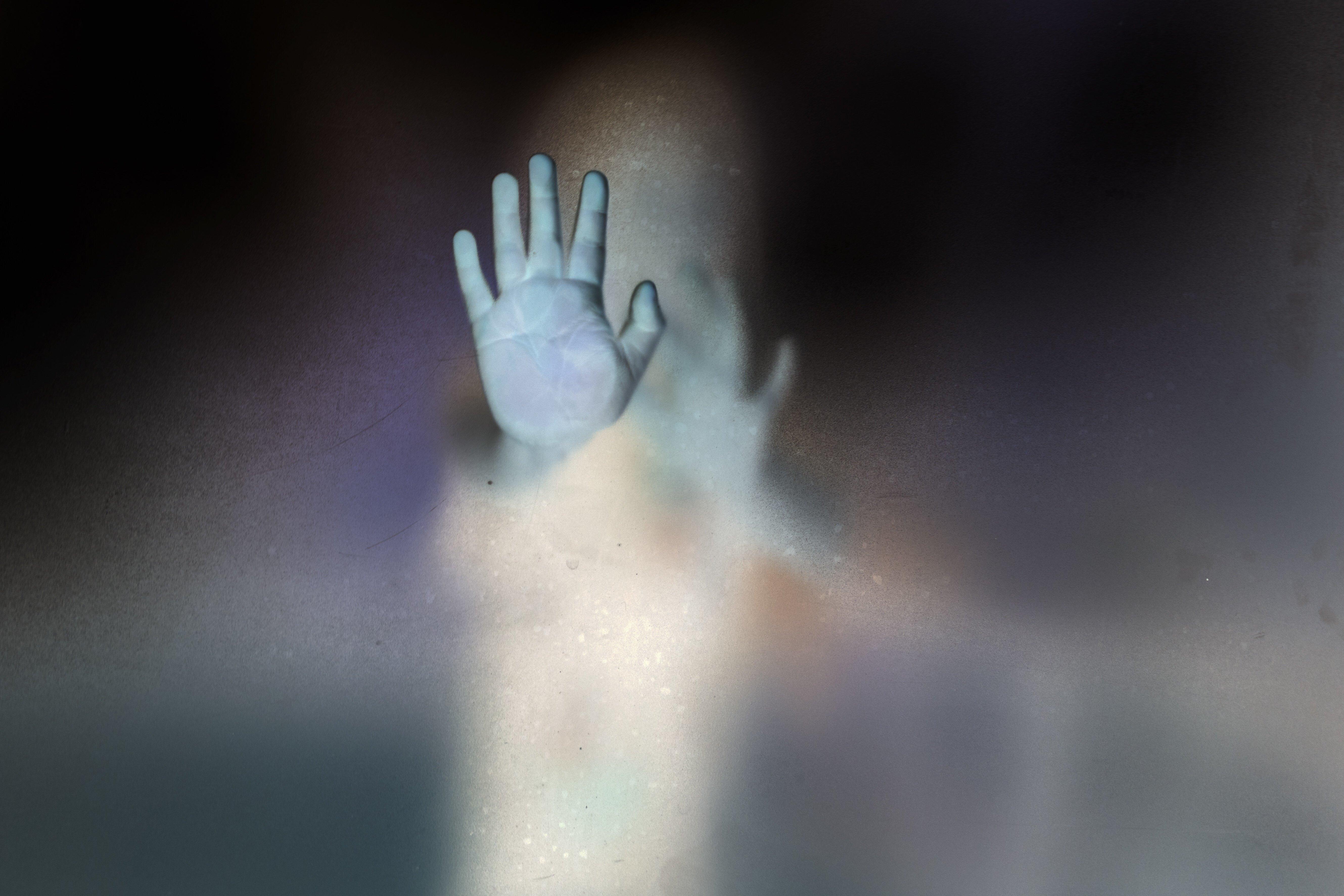 Μητέρα βγάζει φωτογραφία τον γιο της και από πίσω του βλέπει το «φάντασμα» ενός παιδιού που τον
