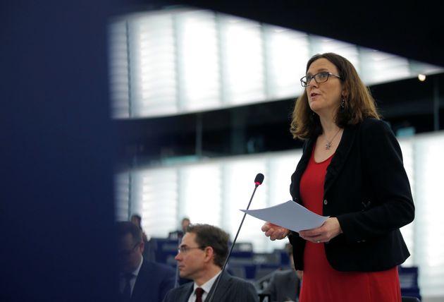 Η ΕΕ καταγγέλλει τους αμερικανικούς δασμούς στον