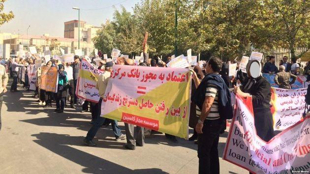 Betogene Geldanleger protestieren fast täglich vor korrupten Geldinstitute mit staatlicher