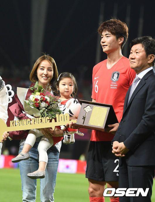 [Oh!쎈 이슈] 기성용♥한혜진, 4살된 딸 첫 공개..비주얼