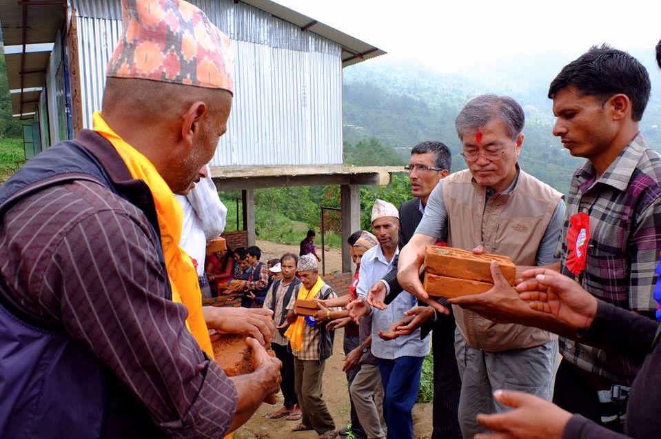 문대통령이 지진피해를 입은 네팔 학교에 '사비'로 지원금을