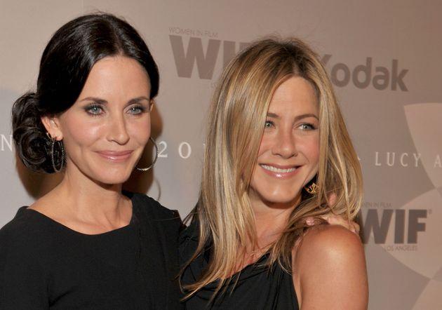 Τα «φιλαράκια» γίνονται κουμπάρες. Η Jennifer Aniston θα παντρέψει την Courteney
