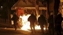 Θεσσαλονίκη: Η στιγμή που αστυνομικοί βγαίνουν από τη φλεγόμενη κλούβα και οι
