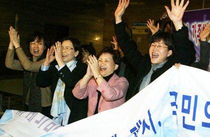 2005년 3월2일 호주제 폐지안을 주 내용으로 하는 민법개정법률안이 국회 본회의를 통과하자 본회의장 밖에서 이를 지켜보던 지은희 전 여성부 장관(오른쪽에서 두번째) 등 여성계 인사들이...