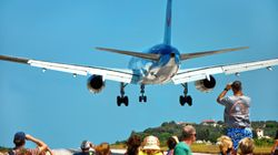 Βρετανός πάει στο αεροδρόμιο της Σκιάθου, στέκεται πίσω από το αεροσκάφος που απογειωνόταν