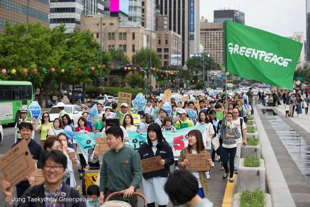 기후행진 2018에 참여한 시민이 광화문 길을 따라 걷고