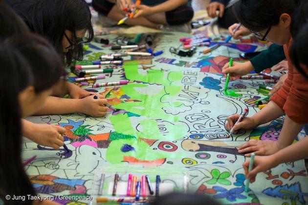 기후행진 2018에 참여한 시민들이 직접 두들링(낙서)해 만든 그린피스